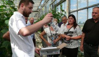 Paweł Kloc prezentuje produkt Spical - Plus, zawierający Neoseiulus californicus, na przędziorki i roztocza