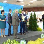 """Uroczystość wręczenia nagród """"Zielony Laur"""" - przedstawiciel firmy Geo Polska odbiera główną nagrodę, przyznaną za folię Plastikas Kritis EVO2®"""