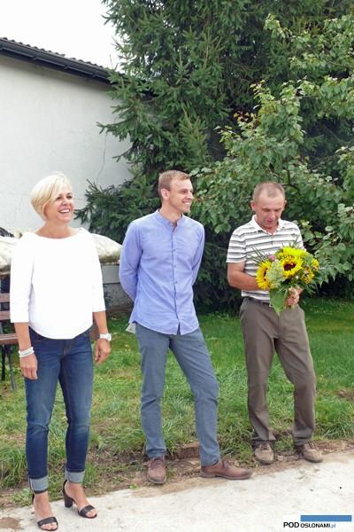 Otwarcie spotkania w gospodarstwie Janusza Chmielarskiego (z prawej), od lewej: Anna Wojciechowska i Piotr Dutkowski z firmy Monsanto