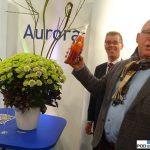 """""""Chrzest"""" odmiany 'Aurora' na stoisku firmy Floritec: Frank Berends i Leo Middelburg (z grupy producentów Zentoo, z prawej)_FloraHolland-Trade-Fair-Aalsmeer-2016"""