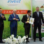 Bartosz Kłyk z firmy Geo Polska odbiera Złoty Medal MTP za folię KRITIFIL7802 EVO2_Gardenia 2017