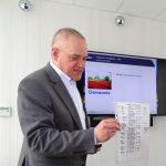Maciej Mynett - ICL Polska - pokazuje listę odbiorców nawozu Osmocote sprzed 25 lat, kiedy to produkt ten został wprowadzony do Polski