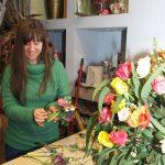 Agnieszka Dziedzic_Kwiaciarnia Floristica Krakow_Pani Agnieszka przygotowuje kwiaty do kompozycji_AC