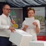 Wśród uczestników spotkania rozlosowano nagrody ufundowane przez organizatorów - losują Monika Piernicka-Pachol i Michał Taraska z firmy HM.Cause