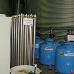 Urządzenie do dezynfekcji pożywki promieniami UV oraz zestaw filtrów, z tyłu zbiornik na pożywkę