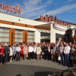 Uczestnicy ogrodniczego spotkania w Łaszkowie przed Hotelem Kristoff