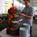 Urodzinowy tort dla Violetty Turskiej, gospodyni spotkania, która podczas dni otwartych obchodziła urodziny