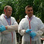 Tomasz Górski (z prawej) oraz Marek Sowa z firmy Syngenta podczas wizyty w szklarni rodziny Floriańczyk