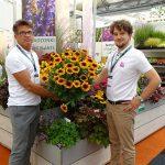 Dariusz Śnieg i Aleksander Michalik z Vitroflory prezentują rudbekię owłosioną Kissing SmileyZ