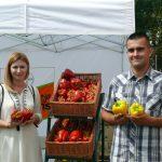 Karolina Marzecka i Marcin Dąbrowski z firmy Bayer Vegetable Seeds prezentują odmiany papryki marki Nunhems
