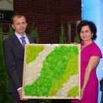 Z okazji jubileuszu Wojciech Wróblewski i Agnieszka Żukowska otrzymali podarunek od organizatorów siostrzanych targów Flower Expo Polska
