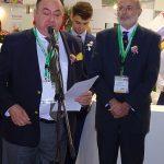 Ambasadorzy Ekwadoru Julio Cesar Prado Espinosa (przy mikrofonie) i Kolumbii Alfonso López Caballero podczas otwarcia targow FlowersExpo 2017 w Moskwie