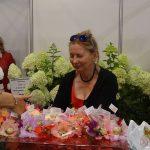 Anna Kaszewiak na stoisku Rynku Hurtowego Bronisze częstuje jadalnymi, nadziewanymi kwiatami - jastrzabkami_Flower-Expo-Poland-2017