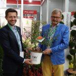 Jakub i Grzegorz Kurowscy oraz wyróżniony złotym medalem pigwowiec_Chaenomeles_ 'Orange Storm_FlowersExpo-2017_Moskwa