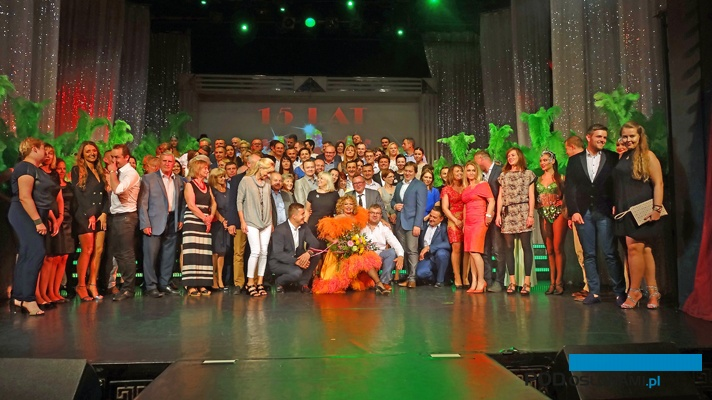 Zakończenie wieczoru w teatrze - pamiątkowe zdjęcie uczestników spotkania zorganizowanego przez firmę Lidia Horti-Logistic wraz z aktorami i twórczynią Teatru Sabat - Małgorzatą Potocką