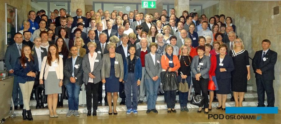 Pamiątkowe zdjęcie uczestników jubileuszowej konferencji PTNO w Krakowie