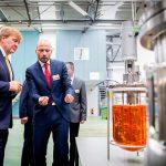 Król Holandii Wilhelm Aleksander podczas uroczystego otwarcia centrum informacyjnego firmy Koppert