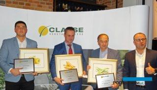 Firma HM.Clause wyróżniła Lidera Sprzedaży - firmę Agropaprix, którą reprezentował Michał Dąbrowski (z lewej) - oraz Liderów Promocji, którymi zostały przedsiębiorstwa Florimex, reprezentowana przez Huberta Palucha, oraz Flortom - nagrodę odebrał Marek Górny, z prawej Michał Taraska - dyrektor HM.Clause