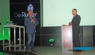 Tomasz Badzian, (z lewej), dyrektor Saint Gobain Cultilene w Polsce i krajach wschodnich, przypomniał historię rozwoju ogrodnictwa szklarniowego w Polsce