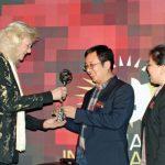 Tomato Inspiration Award 2018 powędrowała do firmy chińskiej firmie Haisheng Group, nagrodę z rąk Meiny Prins (dyrektor firmy Priva) odbiera zastępca dyrektora – Leeki Li oraz zastępca dyrektora działu rozwoju – Wen Liu