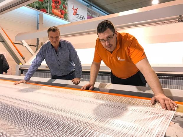Przedstawiciele firmy Ridder Climate Screens Johan van Erven i Daniel Modrzewski w zakładzie produkcyjnym w Maasdijk w Holandii