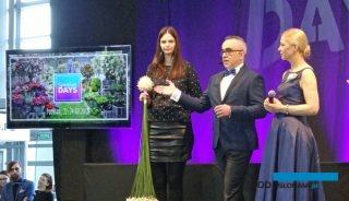 Mistrz florystyki Piotr Marzec oraz dr hab. Agnieszka Krzymińska (z prawej) podczas prezentacji trendów florystycznych - tu: oryginalna kompozycja z goździków