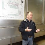 Norman Cools - menedżer z firmy VWS Flowerbulbs prezentuje urządzenie do mycia cebul kwiatowych