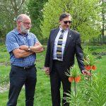 Rośliny cebulowe, z kolekcji Katedry Roślin Ozdobnych SGGW_ szachownica cesarska (Fritillaria imperialis); z prawej współgospodarz konferencji SPORC dr Dariusz Sochacki z SGGW, zarazem sekretarz SPORC