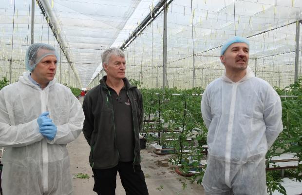 Jos Van Adrichem w towarzystwie Paula Simmondsa (pierwszy z lewej) oraz Wojciecha Wasiaka przekazali informacje na temat bieżącego sezonu w uprawie niedoświetlanych pomidorów w Holandii