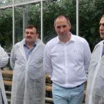 Gospodarz spotkania, Hubert Łakomiak (drugi z prawej), w towarzystwie Stanisława (obok) i Piotra Janasów oraz Wojciecha Juńczyka z firmy Saint-Gobain Cultilene (z prawej)