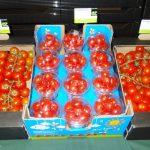 Ekspozycja owoców odmian pomidorów w różnych opakowaniach handlowych