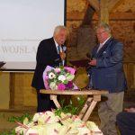 Rektor Uniwersytetu Wrocławskiego prof. Adam Jezierski (z lewej) gratuluje prof. Tomaszowi Nowakowi - byłemu dyrektorowi Ogrodu Botanicznego UWr i b. szefowi Arboretum w Wojsławicach