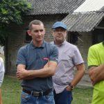 Przedstawiciele firm Enza Zaden (z mikrofonem Bernard Zioło) oraz Intermag podczas otwarcia spotkania w gospodarstwie państwa Szatanów