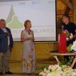 Tomasz Nowak i Hanna Grzeszczak-Nowak dziękują szkółkarzom za przekazanie tysięcy roślin na rzecz arboretum - podziękowania odbiera przezes ZSzP Wojciech Wróblewski