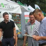Informacji na temat ochrony roślin udzielał m.in. Mariusz Staszczyk z firmy Biocont (w środku)