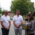 Karol Pawlak i Tomasz Michalik z Vitroflory odbierają podziękowania od przedstawicieli ISU