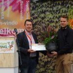 Reprezentant dziennikarzy, Andreas Henk z Niemiec wręcza nagrodę prasy (Press Prize) przedstawicielowi firmy F. N. Kempen