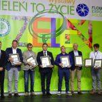 Przedstawiciele firm, które zgłosiły odmiany wyróżnione w tegorocznym Konkursie Roślin - Nowości (1. z lewej przewodniczący jury, dr Wiesław Szydło