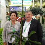 Bożena i Bronisław Wronowie oraz nagrodzona złotym medalem odmiana - Picea abies 'Dr Barański'