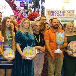 Uczestnicy 19. Rosyjskich Mistrzostw Florystycznych; z pucharem zwycięzca - Andriej Kałasznikow
