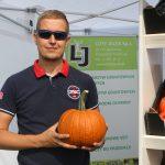Jakub Wrona (Luty Jacek Sp. Jawna) prezentuje dynię Mars F1 do długiego przechowywania