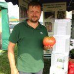 Tomasz Marasik (Toma Seeds) wraz z okazałym pomidorem