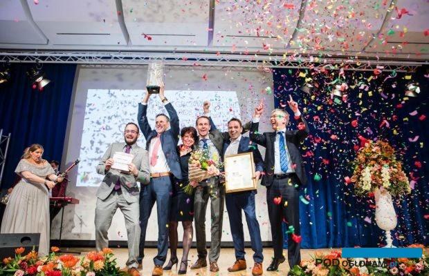 """Zwycięzca konkursu """"Międzynarodowy Ogrodnik Roku"""" firma Ter Laak Orchids odbiera nagrodę (IGOTY Award 2018) podczas styczniowej gali w Essen"""