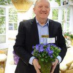 Jorgen Andersen, właścieiel duńskiej firmy Gartneriet Thoruplund prezentuje jej hodowli dzwonek 'Midnight Blue Ocean' IPM Essen 2019