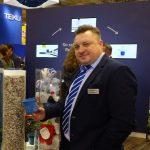 Gabriel Staniecki z firmy Poppelmann TEKU prezentuje doniczki produkowane z materiału z recyklingu_IPM Essen 2019
