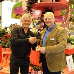 Jerzy Starzyński z firmy Plantpol odbiera od Jeroena Egbertsa z MNP flowers symboliczną nagrodę z okazji 30-lecia Surfinii na europejskim rynku_IPM Essen 2019