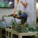 """Na stoisku firmy Bavicchi pokazywano, jak wykonuje się """"ogródek"""" w szklanym naczyniu_Plant-Terrarium_Myplant-and-Garden 2019"""