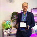 Maurizio Fasolo z firmy Ambra Elettronica i nagrodzony zestaw Quattro, interior health garden (z lewej)_Myplant and Garden 2019