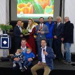 Otwarcie TTE 2019 w firmie P. Aker (na fot. właściciele Peter Aker - 2. z prawej i jego syn Jan z dziećmi, wraz z zaproszonymi prezenterami i mówcami - w środku burmistrz M. Pijl; 1. z prawej siedzi – prowadzący uroczystość Jurgen Hoogland, dyrektor firmy