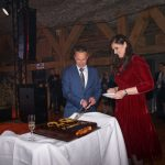 Przymiarki do pokrojenia jubileuszowego tortu - właściciel firmy Farmer Łukasz Kłósek z żoną Małgorzatą podczas jubileuszowego wieczoru